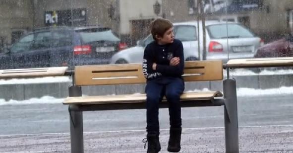 SOS Children Noruega - Niño frío parada bus